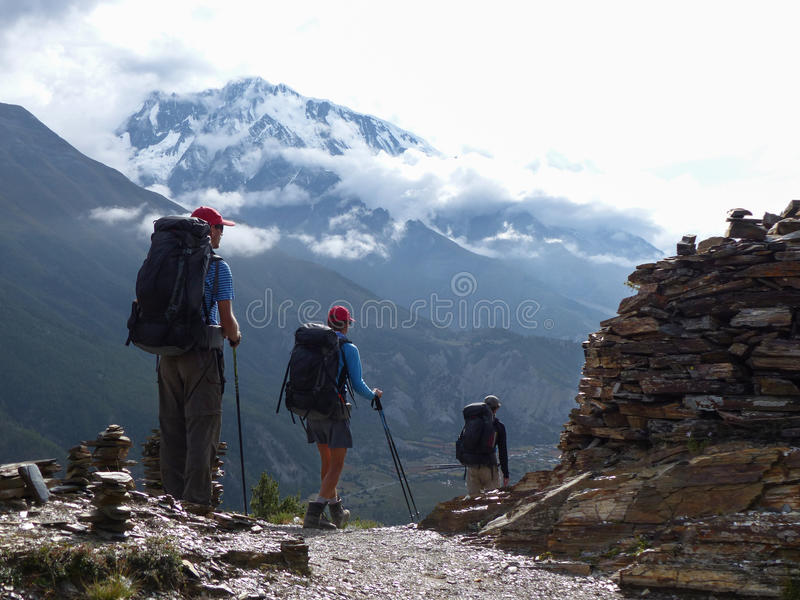 Wanderer in herbstlichem Himalaja, Ansicht zu Annapurna III lizenzfreies stockfoto