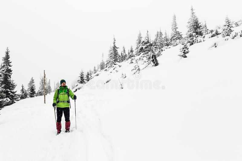 Wanderer im weißen Winterwald-, -mann- und -abenteuerkonzept stockfotografie