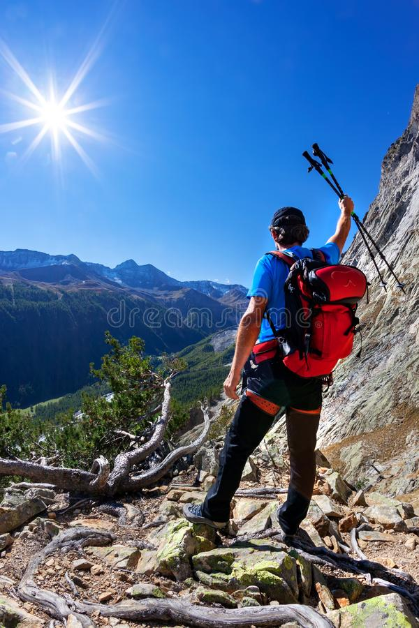 Wanderer macht eine Pause, ein Bergpanorama beobachtend lizenzfreie stockfotos