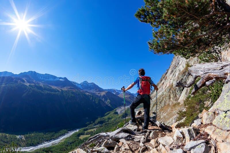 Wanderer macht eine Pause, ein Bergpanorama beobachtend lizenzfreie stockbilder