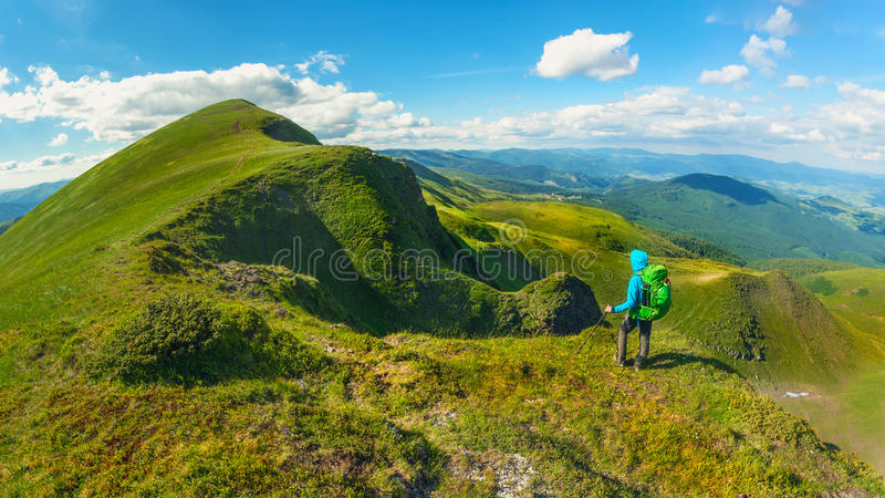 Wanderer mit dem Rucksack, der auf den Berg in Karpaten steht ukraine Svydovets-Kante lizenzfreies stockfoto
