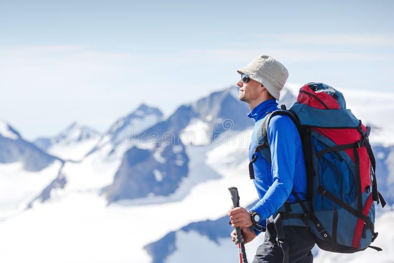 Wanderer mit dem Rucksack, der auf die Oberseite steht stockbilder