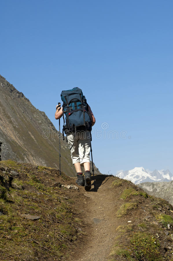 Wanderer mit einem schweren Rucksack lizenzfreies stockbild