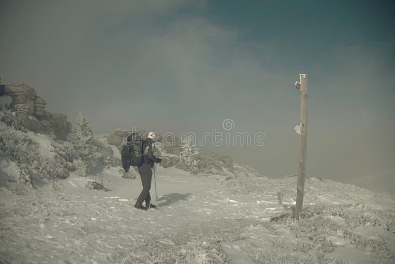 Wanderer mit Rucksack und Schneeschuhe wak im schneebedeckten Berg lizenzfreies stockbild