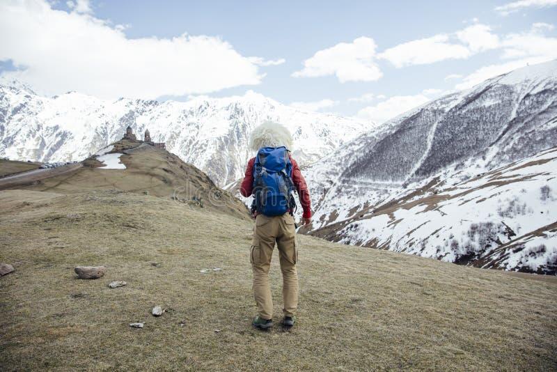 Wanderer mit traditionellem papakha Pelzhut an Mtskheta-Mtianetiregion in Georgia stockbild