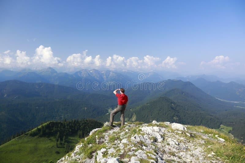 Wanderer schaut zu den Alpen lizenzfreie stockfotos
