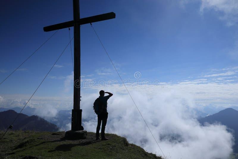 Wanderer schaut zu den Bergen lizenzfreie stockfotos