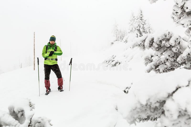 Wanderer verlor in den Winterbergen, Abenteuerexpeditionskonzept lizenzfreie stockfotos