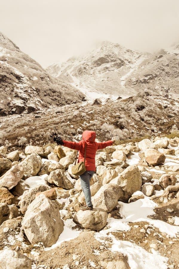 Wandererasien-Frau im roten Kleid drehen ihre Arme zurück stehen und ausdehnen, die in Himmel angehoben werden, nachdem sie zur S stockbilder