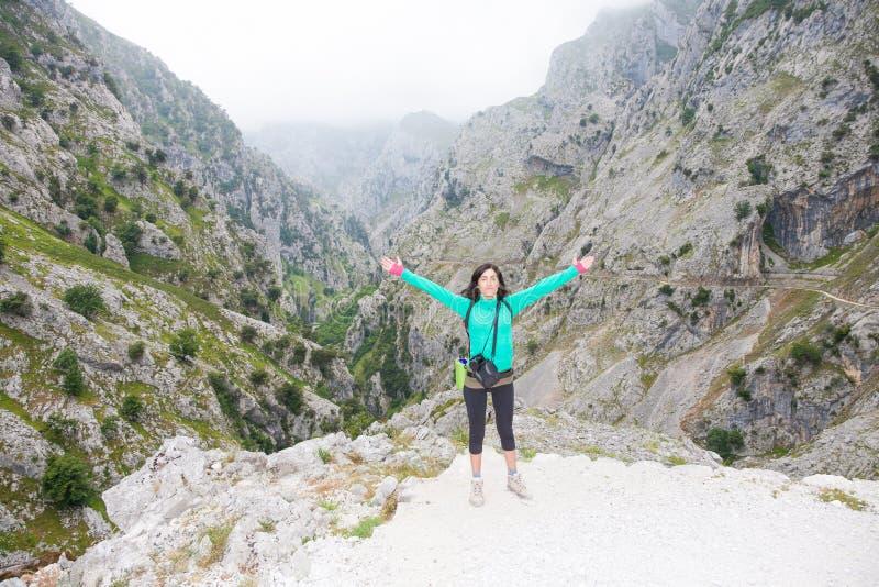 Wandererfrau, die in der Sorgfalt-Schlucht aufwirft stockfotos