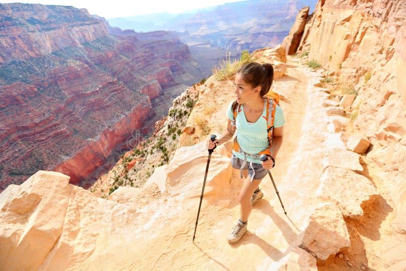 Wandererfrau, die in Grand Canyon wandert lizenzfreie stockfotografie