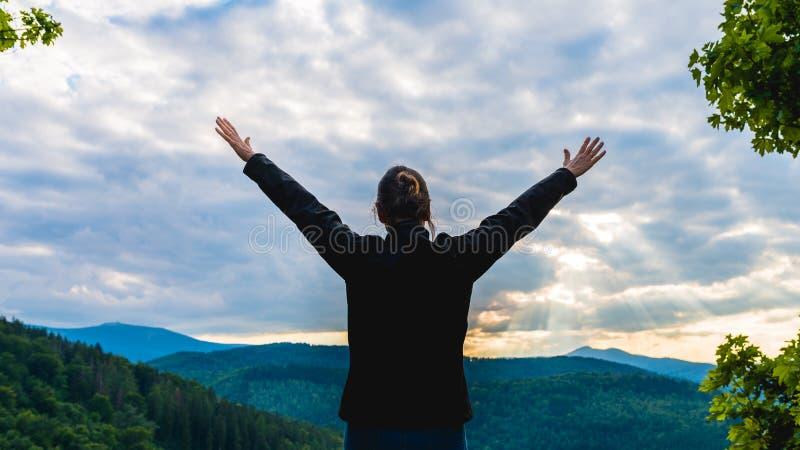 Wandererfrau, die mit den Händen oben erzielen die Spitze steht lizenzfreie stockbilder