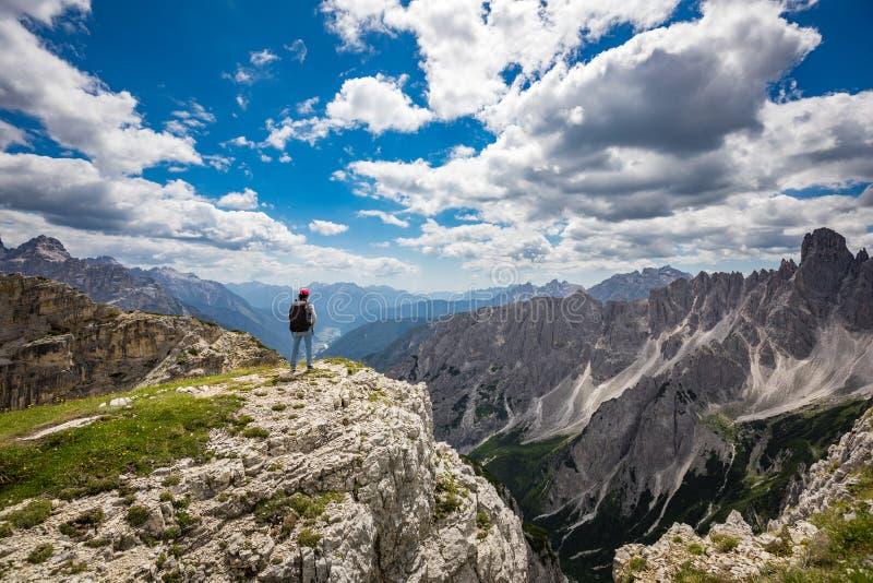 Wandererfrau, die oben steht, erzielend die Spitzendolomit-Alpen lizenzfreie stockfotografie