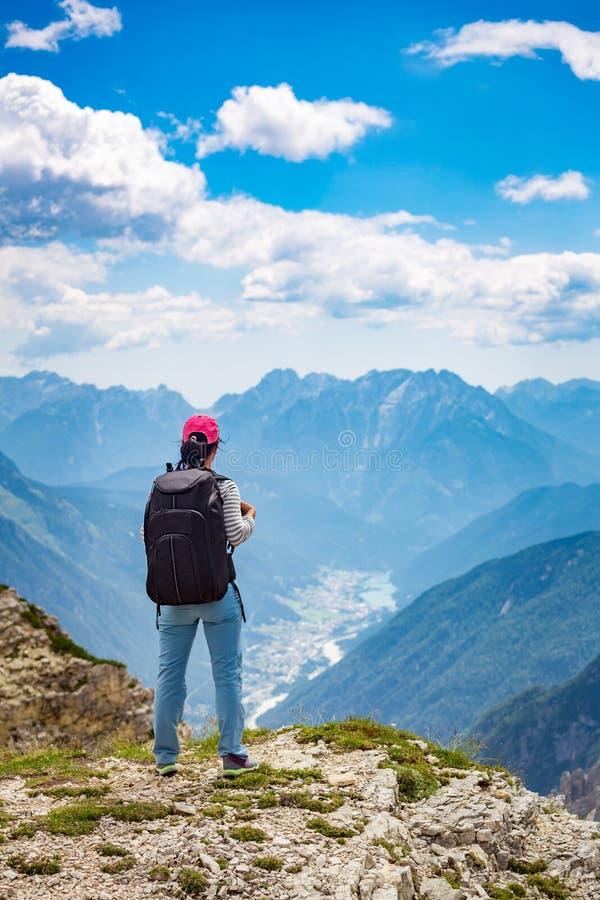 Wandererfrau, die oben steht, erzielend die Spitzendolomit-Alpen lizenzfreies stockfoto