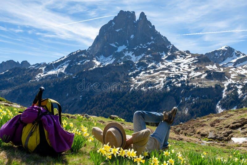 Wandererfrau, die Pic du Midi Ossau in den französischen Pyrenäen-Bergen stillsteht und schaut stockbilder