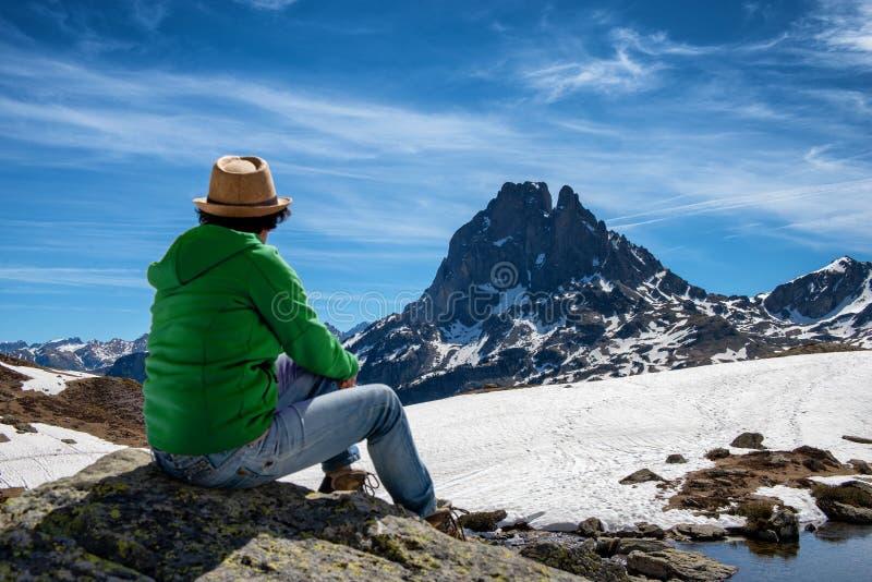 Wandererfrau, die Pic du Midi Ossau in den franz?sischen Pyren?en-Bergen stillsteht und schaut stockbild