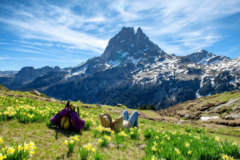 Wandererfrau, die Pic du Midi Ossau in den franz?sischen Pyren?en-Bergen stillsteht und schaut stockbilder