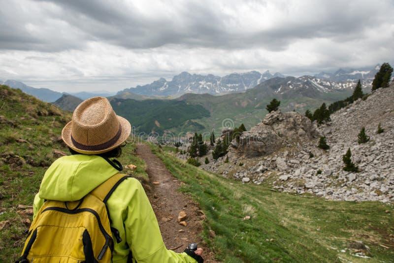 Wandererfrau mit Ansicht von Tena Valley in den Pyrenäen, Formigal, Huesca, Spanien lizenzfreies stockbild