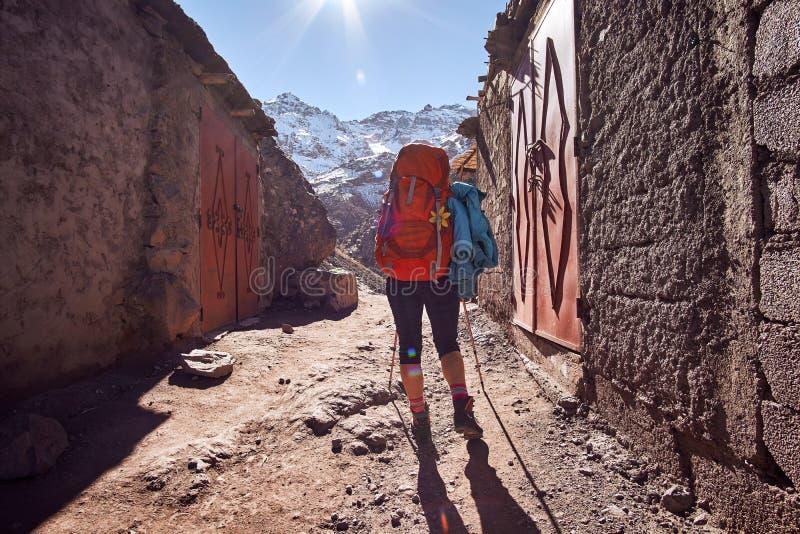 Wanderermädchen auf dem touristischen Weg zu Nord-Afrika höchstem Berg Jebel Toubkal lizenzfreie stockfotos