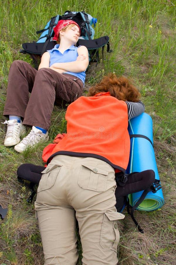 Wanderermädchen, die auf Rucksäcken schlafen stockfotografie