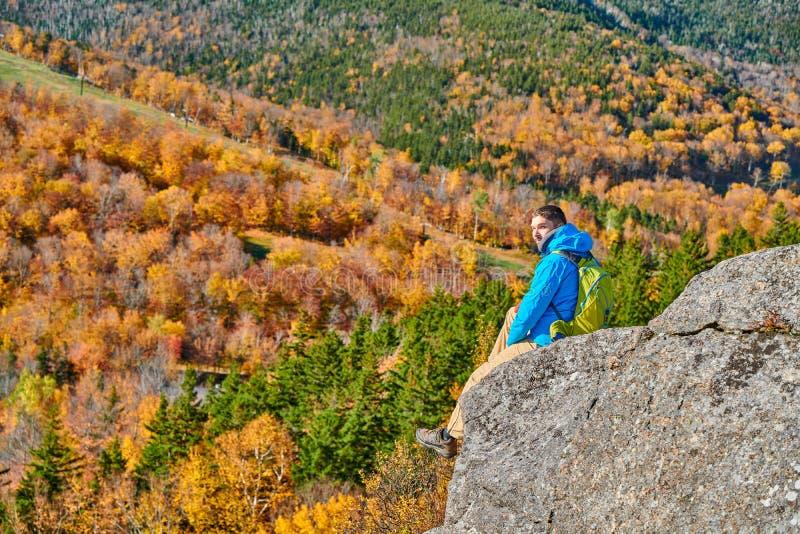 Wanderermann an der Täuschung des Künstlers im Herbst stockbilder