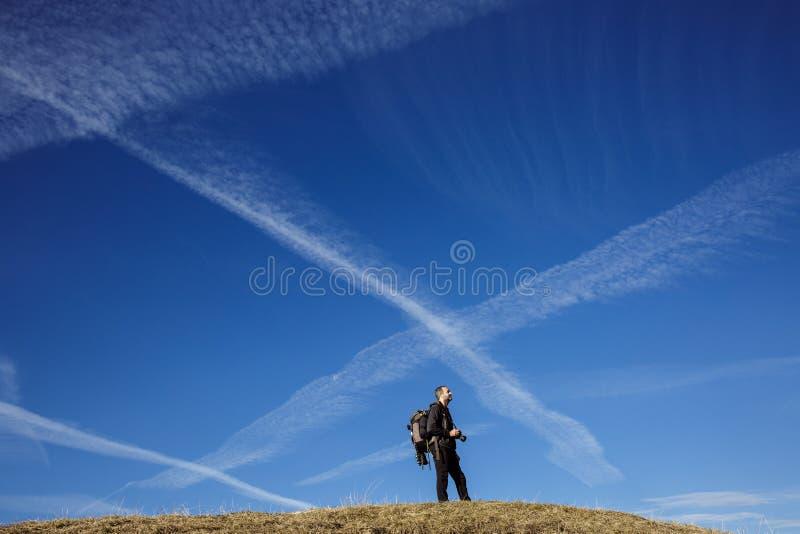 Wandererphotograph auf eine Gebirgsoberseite stockfoto