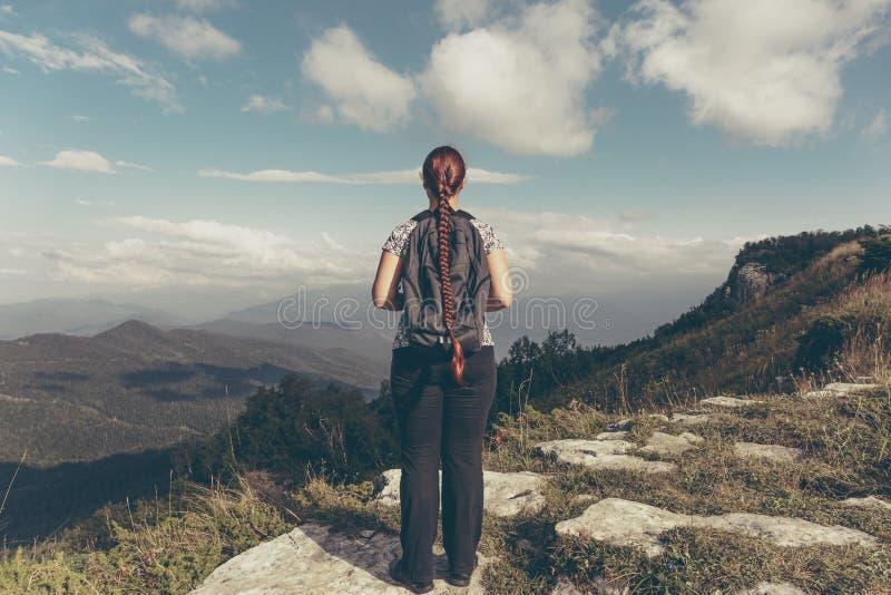 Wandererwanderer der jungen Frau, der auf Berg steht und Gebirgstallandschaft genießt lizenzfreie stockbilder