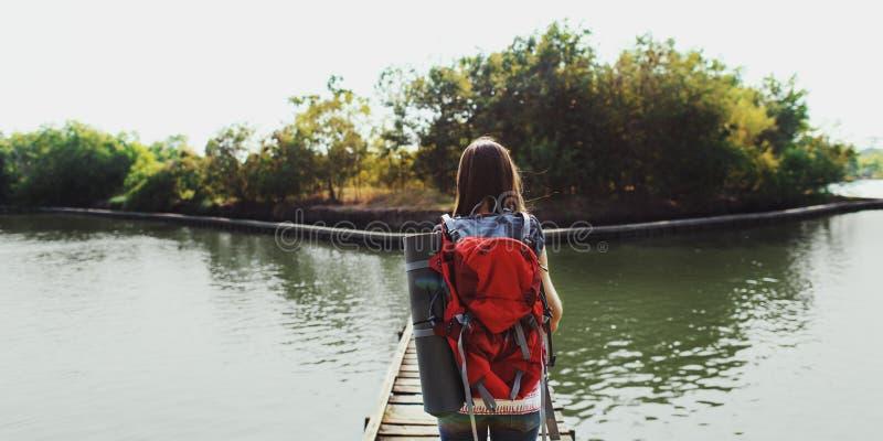 Wanderlust-Tauben-Reisend-Lebensstil-Natur-Reise-Konzept stockfotos