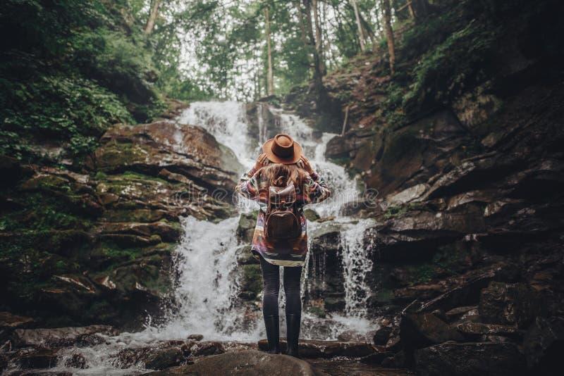 Wanderlust- und Reisekonzept stilvolles Reisendmädchen, das Hut hält stockbilder