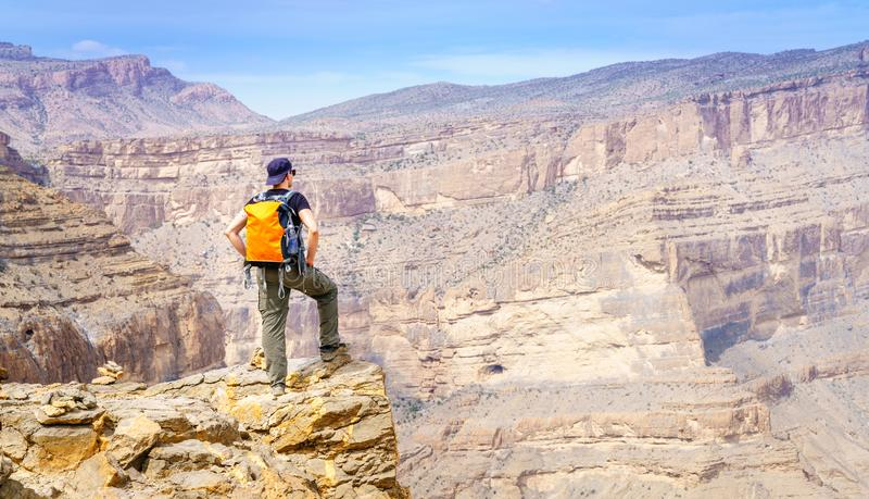 Wandern auf Balkony Wanderweg in Jebel Shams, Oman lizenzfreies stockbild