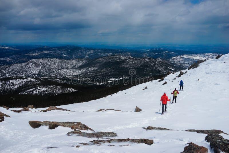 Wandern auf die Oberseite des Schneeberges stockbilder