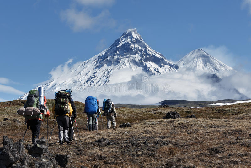 Wandern auf Kamchatka: Reisende gehen zu den Bergen stockbilder