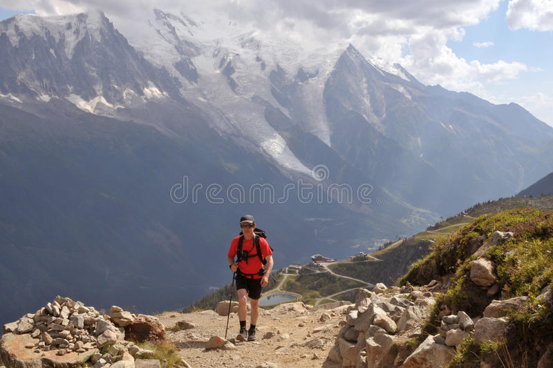 Wandern in den Alpen lizenzfreie stockfotografie