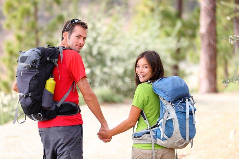 Wandern der jungen Paare lizenzfreies stockfoto