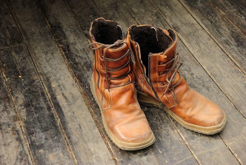 Wandern der Matten auf hölzernem Fußboden stockfotos