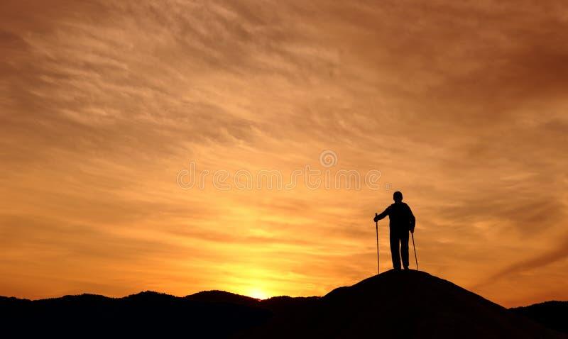 Wandern des Mannes, der auf dem Hügel steht lizenzfreie stockbilder