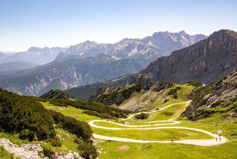 Wandern des Pfades in den Alpen lizenzfreies stockfoto