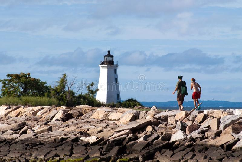 Wandern entlang Rocky Jetty zum Leuchtturm in Connecticut stockfotografie