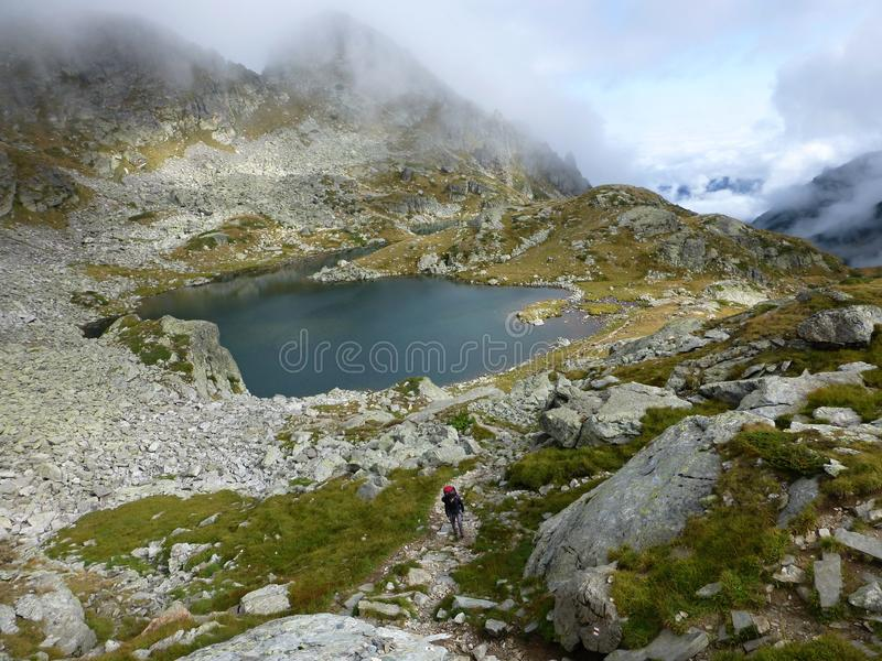 Wandern nahe Elenski See in Rila-Bergen lizenzfreie stockfotos