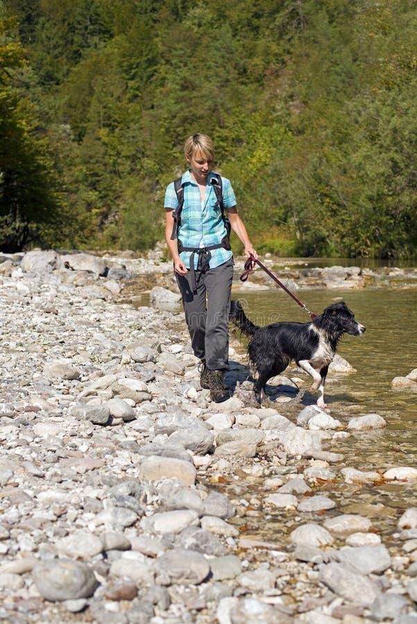 Wandern nahe Fluss lizenzfreie stockbilder