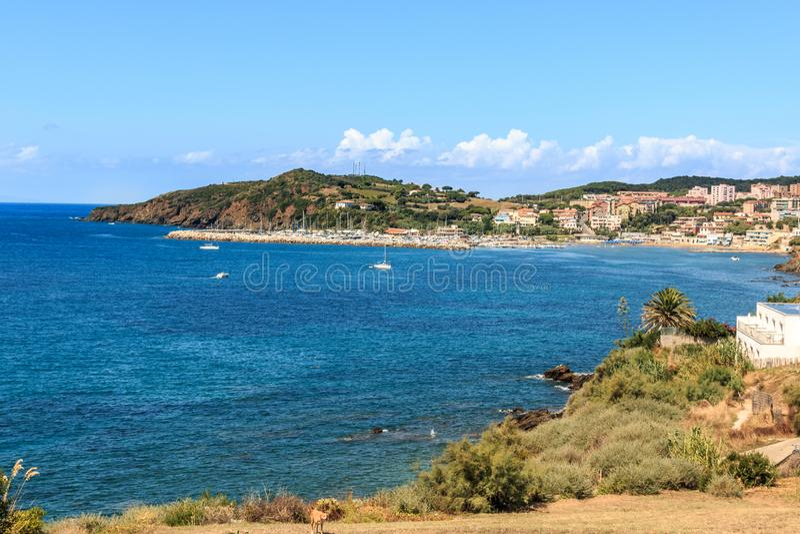 Wandern in Piombino Standpunkt mit Panoramablick des Hafens von Marina di Salivoli, Toskana, Italien lizenzfreie stockbilder