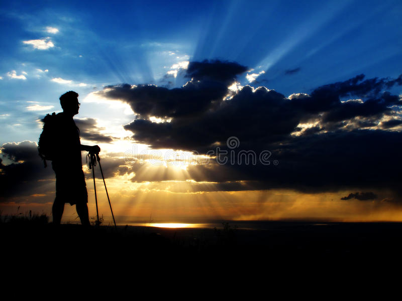 Wandern am Sonnenuntergang oder am Sonnenaufgang stockfotos