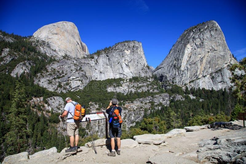 Wandern um halbes Schicksal in Yosemite Nationalpark in US stockfoto
