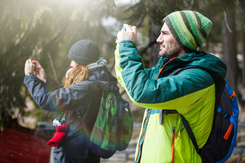 Wandern und Fotografie Zwei Leute, die ein Foto machen stockfoto