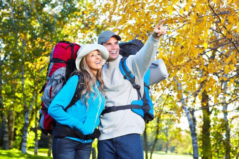 Wandern von jungen Paaren. stockfotografie