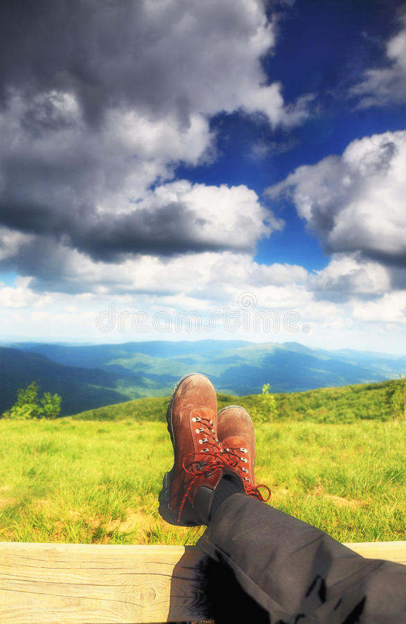 Wandern von Schuhen. Wanderer, der die entspannende Ansicht genießt stockfoto
