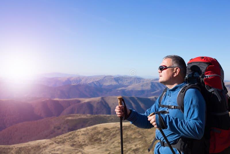 Wandern - Wanderer, die Ansicht in Zion National-Park betrachten stockbild