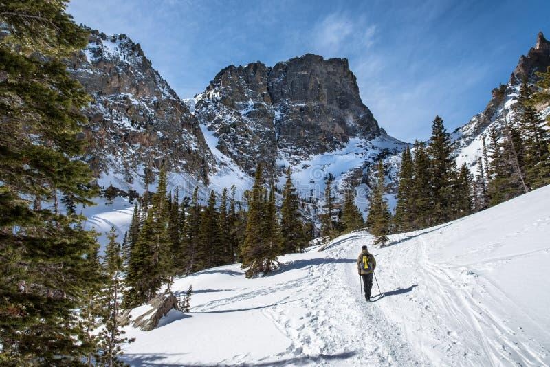 Wandern zu Emerald Lake im Winter stockfoto