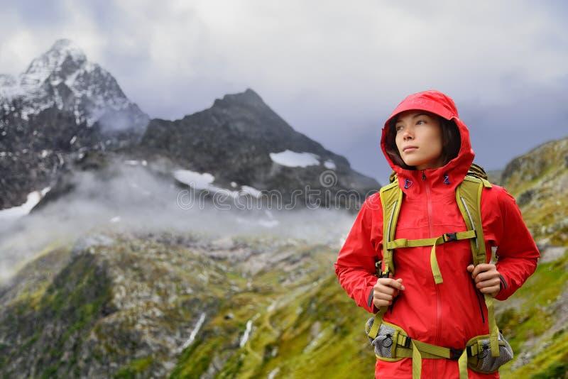 Wandernde Alpen - Wandererfrau in die Schweiz-Bergen lizenzfreie stockfotos