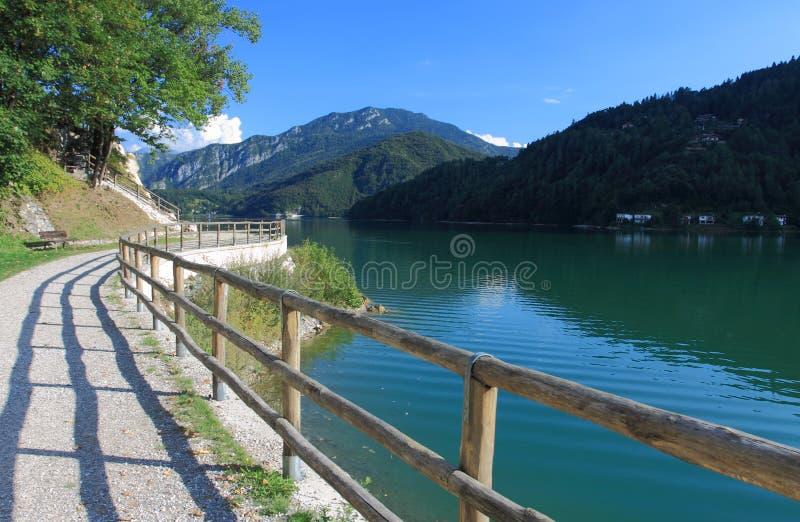 Wandernde Spur um See Ledro in Italien lizenzfreies stockfoto